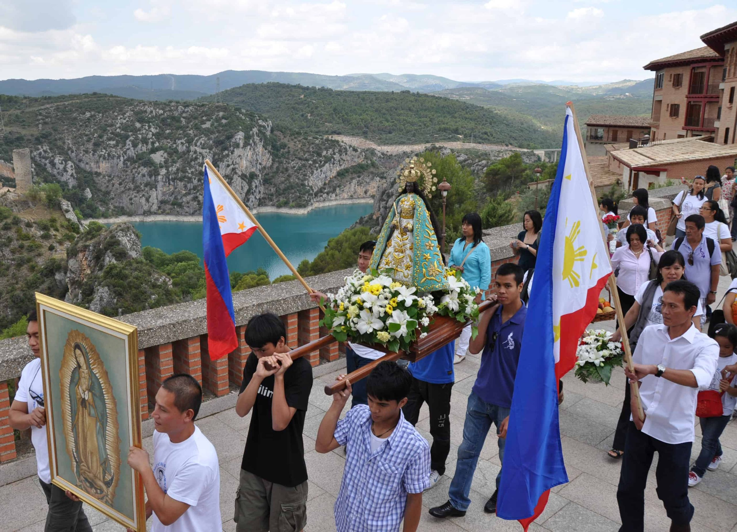Procesión con la Virgen de Antipolo - Familias de Filipinas en Torreciudad 1.jpg