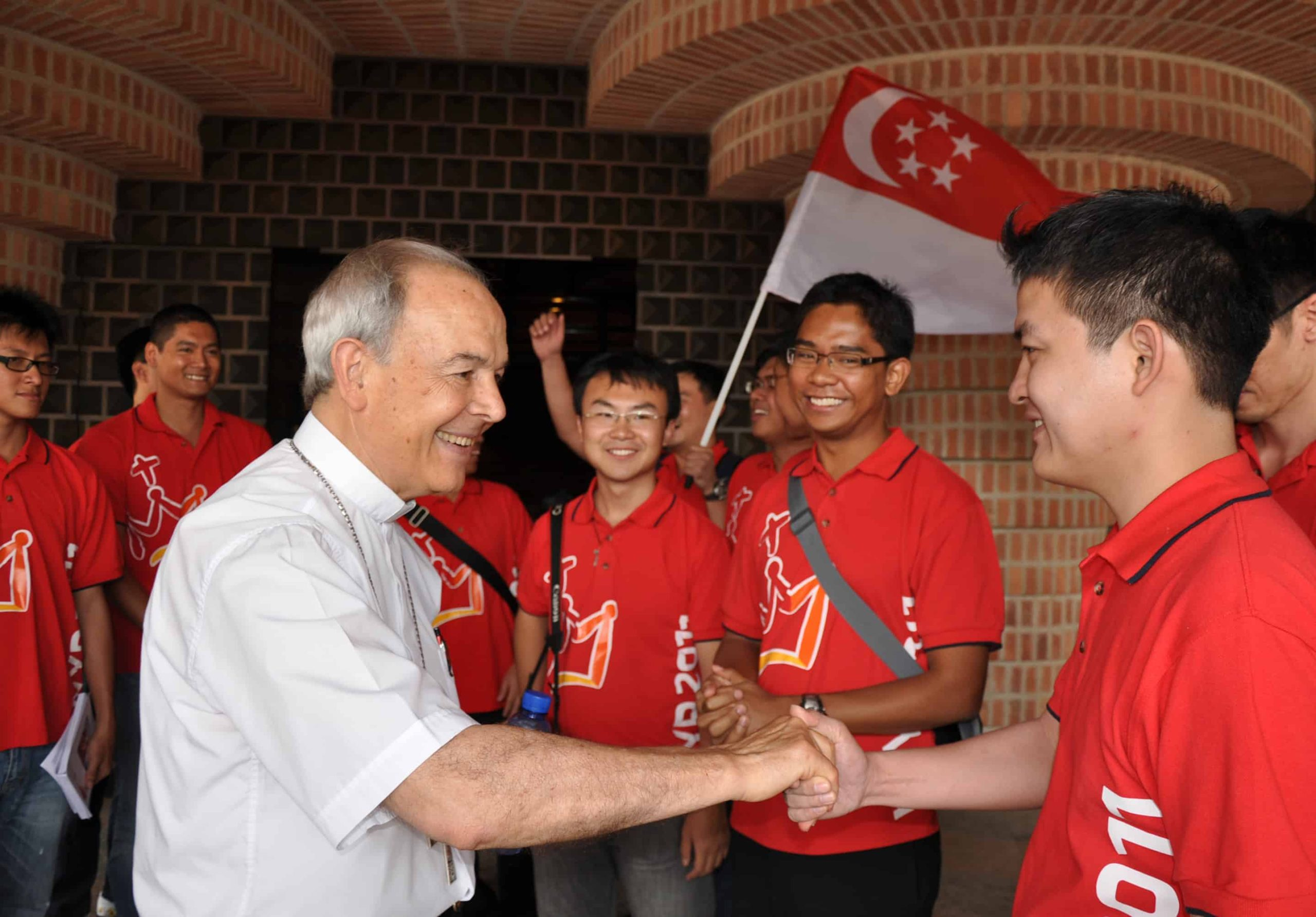 Mons. Milián saluda peregrinos Singapur.jpg