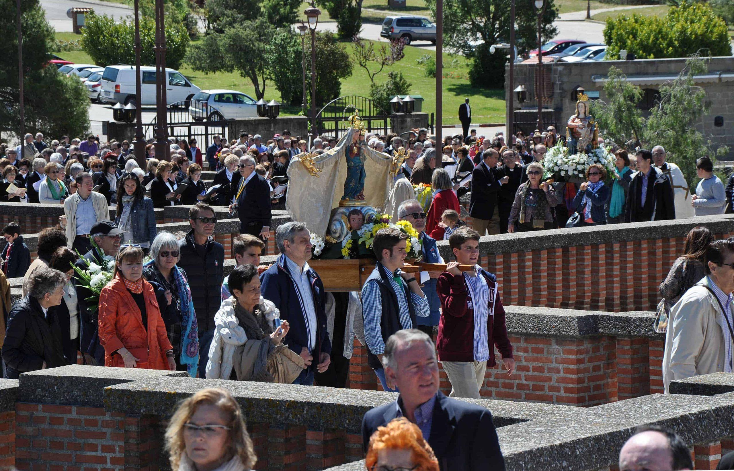 procesion_de_entrada_con_las_imagenes.jpg